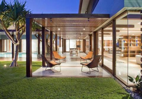 Preciosa casa de madera piedra y cristal for Casas de madera con piscina