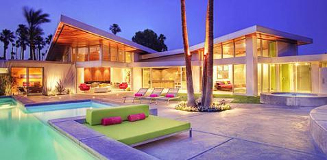 Casa de lujo con colores llamativos for Casas con piscina interior fotos