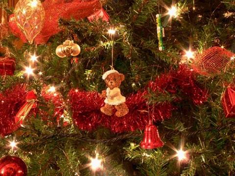 Los ornamentos del árbol de Navidad deben ser de color rojo, según el feng shui