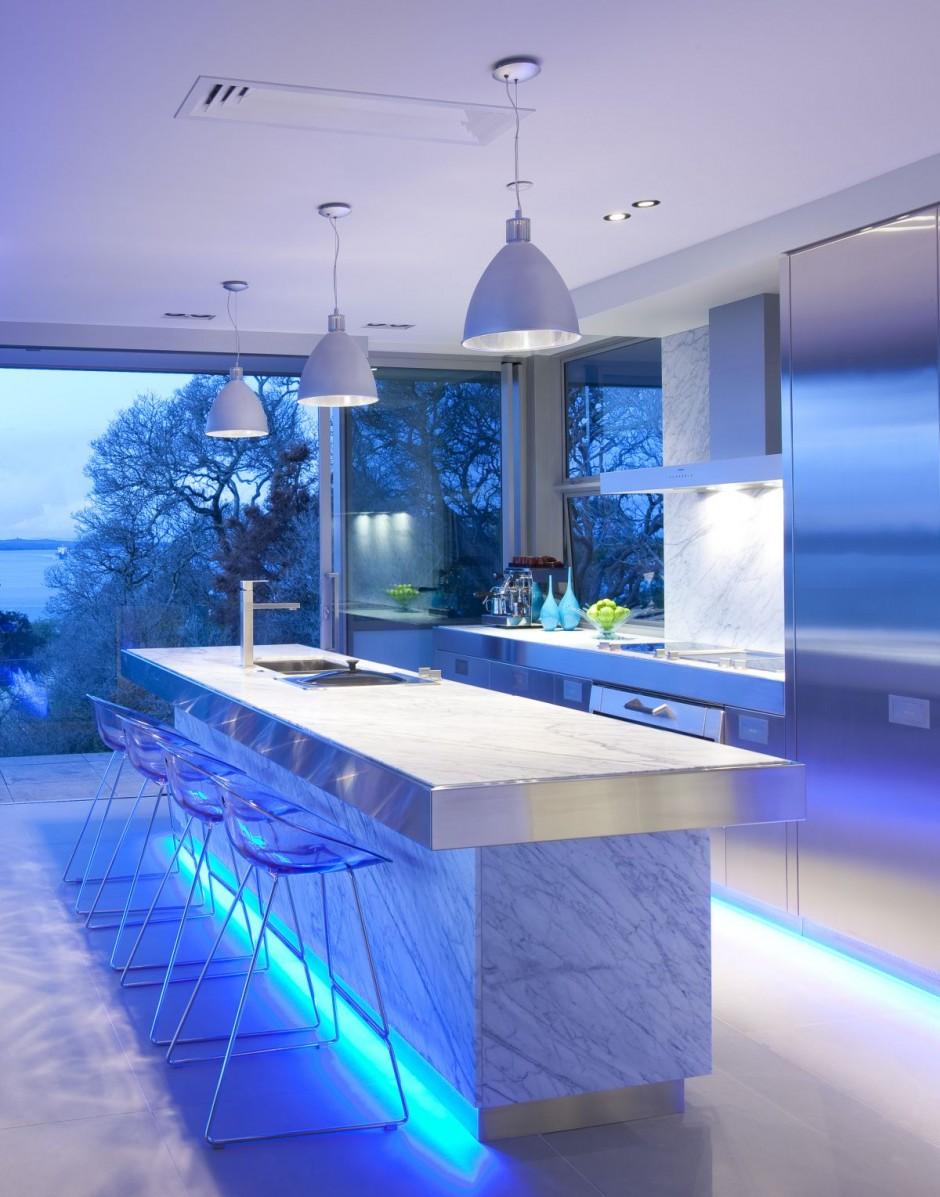 cocina moderna de lneas sencillas pero muy actual para unos de lujo ha utilizado tonalidades azules y mobiliario metalizado para