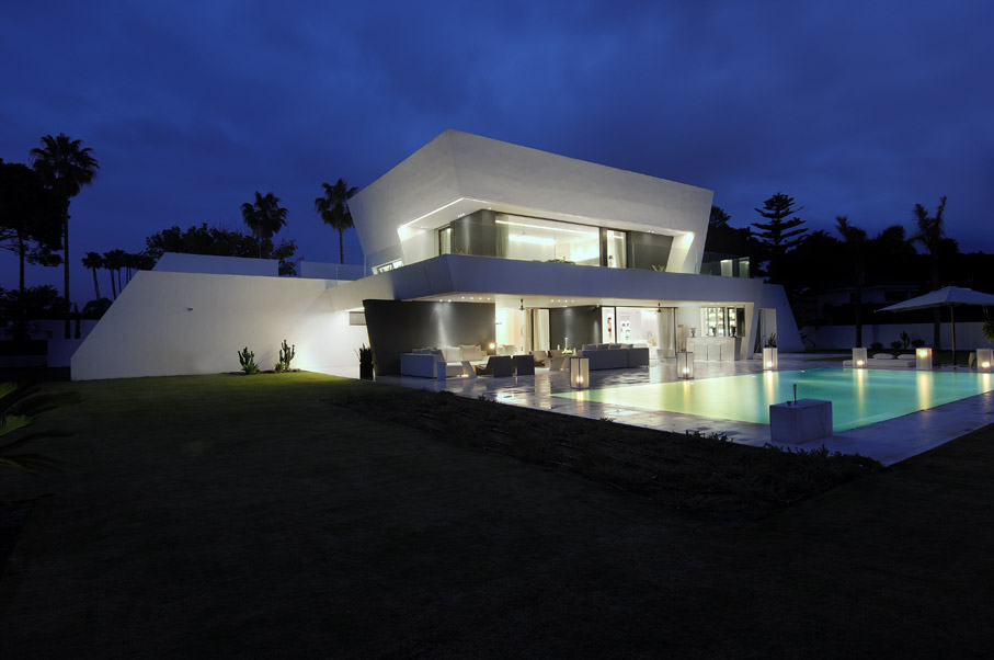 Casa de lujo en color blanco de a cero for Arquitecto sotogrande