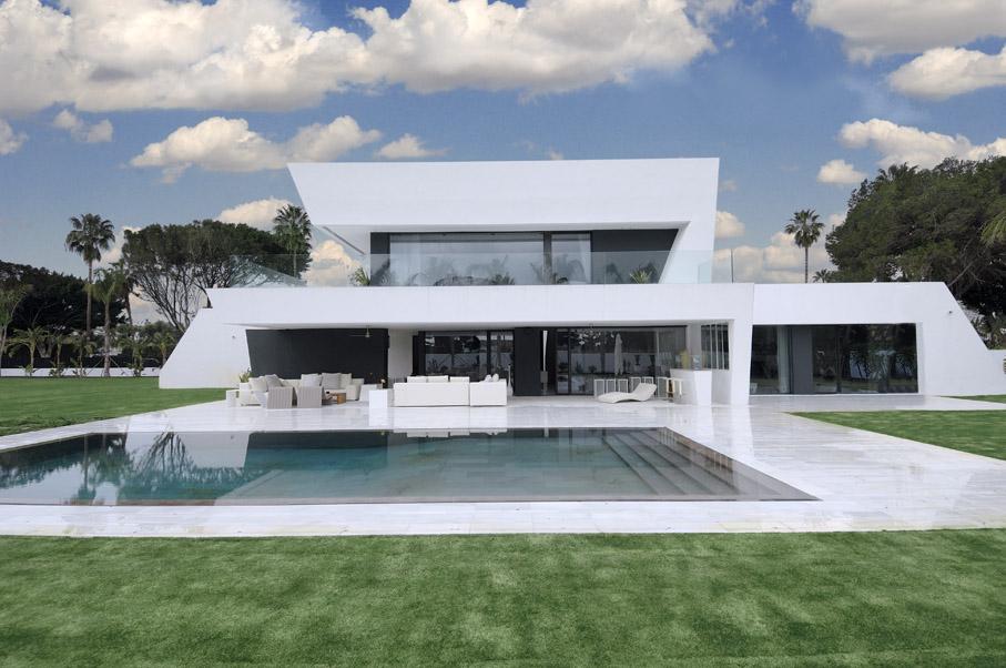 Casa de lujo en color blanco de a cero for Casa de lujo minimalista y espectacular con piscina por a cero