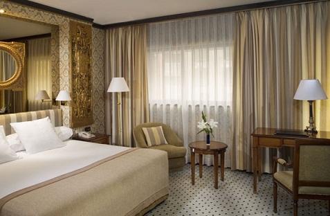 C mo decorar una habitaci n cl sica for Lamparas cabezal cama