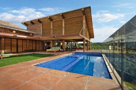 Casa de madera con piscina en brasil for Casas modernas famosas