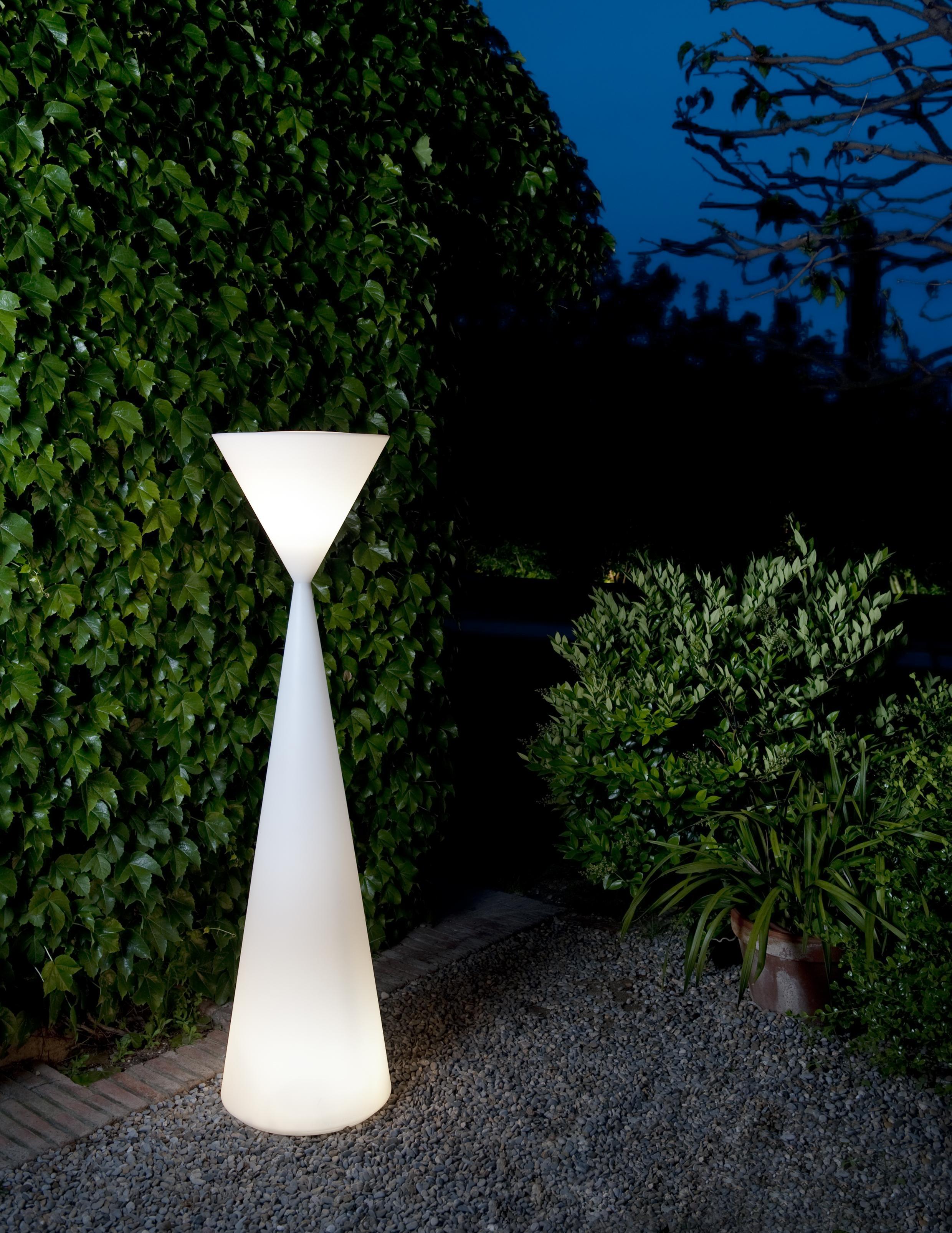 Frida una l mpara de pie de luz ambiente - Lamparas exteriores para jardin ...