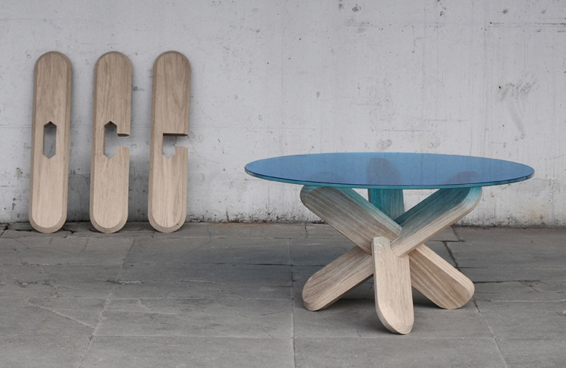 Mesa con patas de madera atravesadas