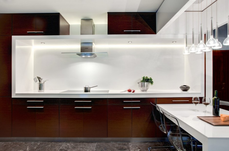 Дизайн кухни белый с коричневым