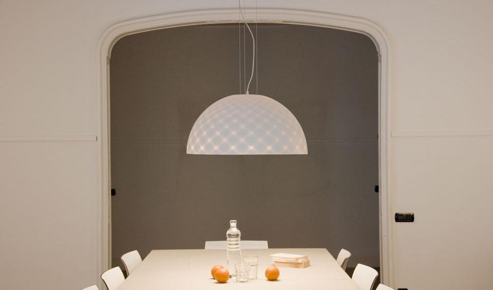 Capitone una elegante l mpara de oriol llahona - Lamparas para comedor techo ...