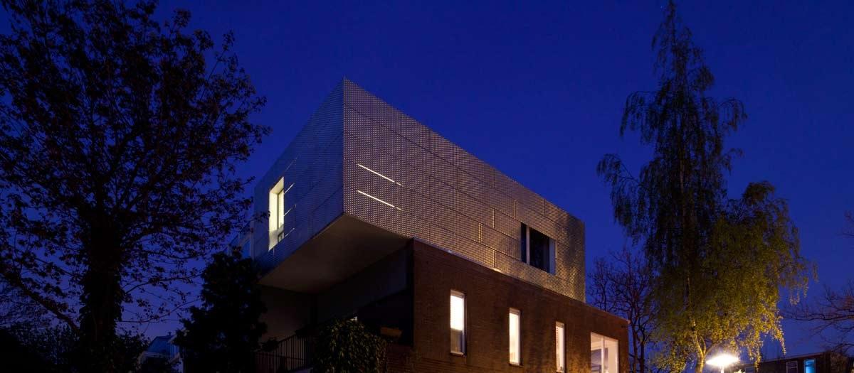 Casa con fachada de aluminio perforado for Fachada aluminio