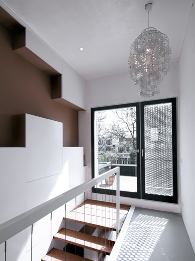 Casa con fachada de aluminio perforado8 for Fachada aluminio