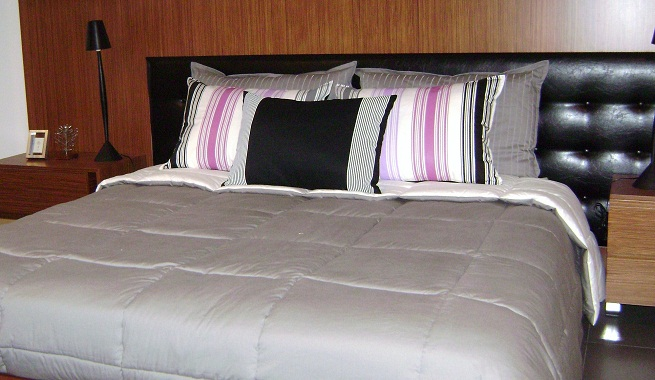 decorar la cama con cojines