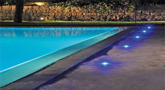 Iluminar suelos de piscinas y jard n for Suelos para terrazas con piscina