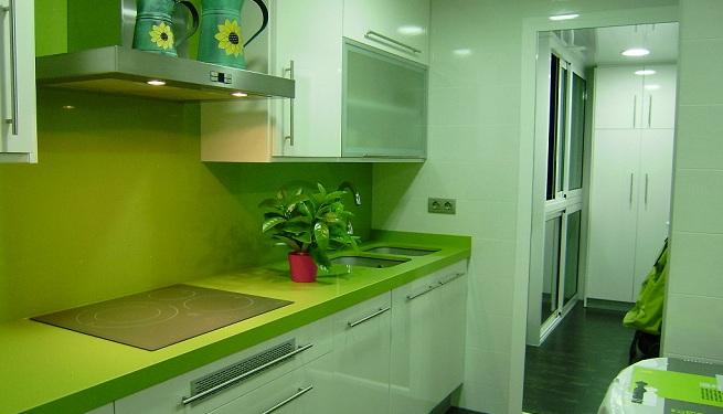 Decorar la cocina de color verde for Color verde grisaceo para paredes