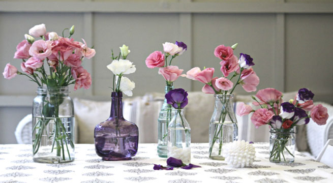 la idea es emplear todos los recipientes de cristal o cermica que tengis a mano para exhibir las flores de una forma original elegante y econmica