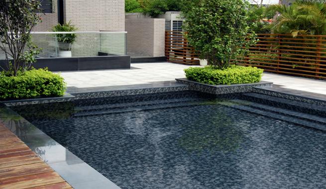 Tendencias en suelos cer micos de exterior for Suelos antideslizantes para piscinas