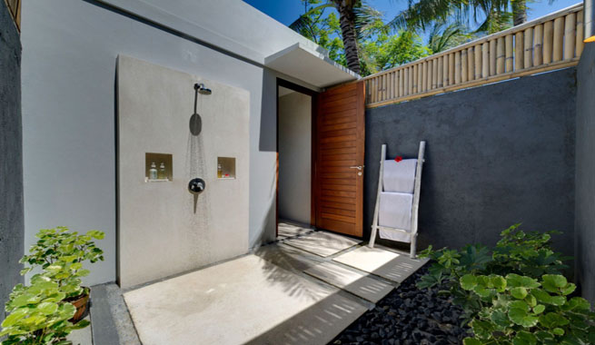 Duchas de exterior para terraza y jard n arquitectura for Duchas para piscinas exterior