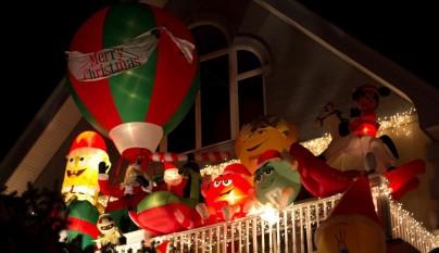 Christmas-floats-on-balcony