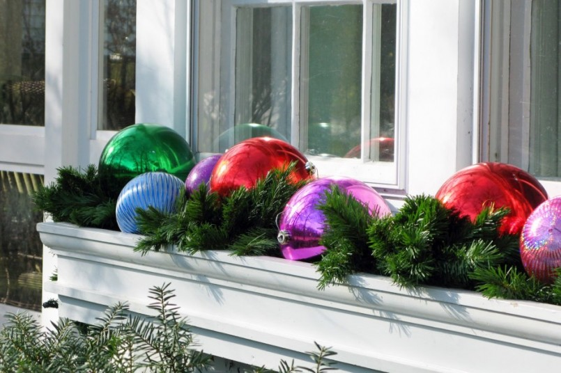 Window box outdoor christmas decorations pic21 805x536 - Grosse boule de noel exterieur ...