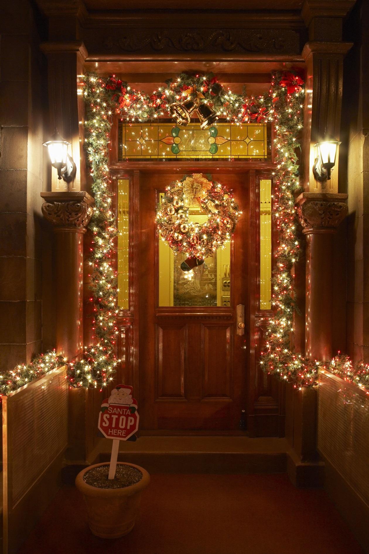 Ideas para decorar las puertas en navidad for Puertas decoradas navidad material reciclable