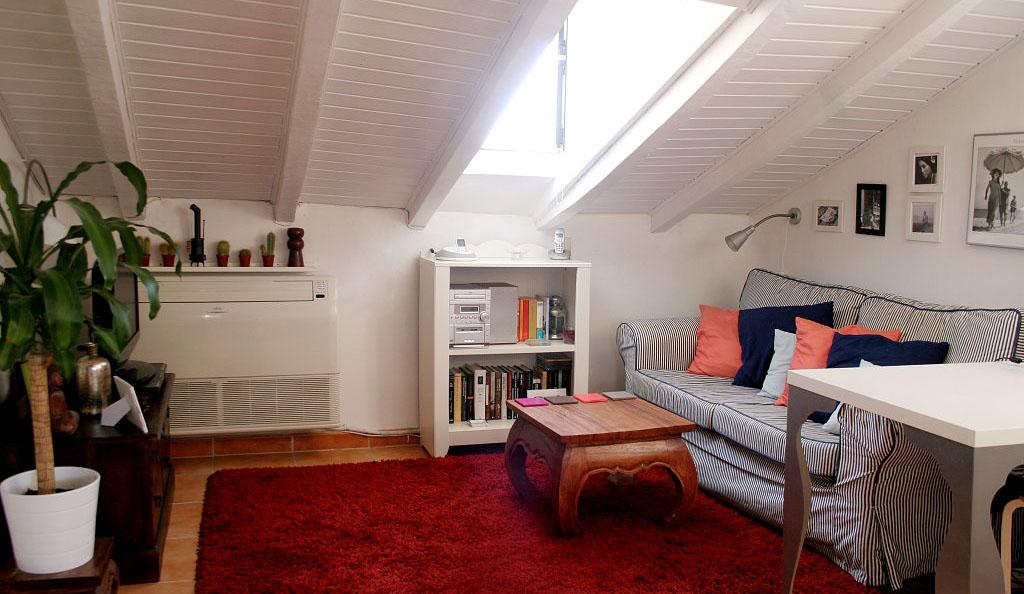 Una buhardilla bien aprovechada for Decorar casa techos bajos