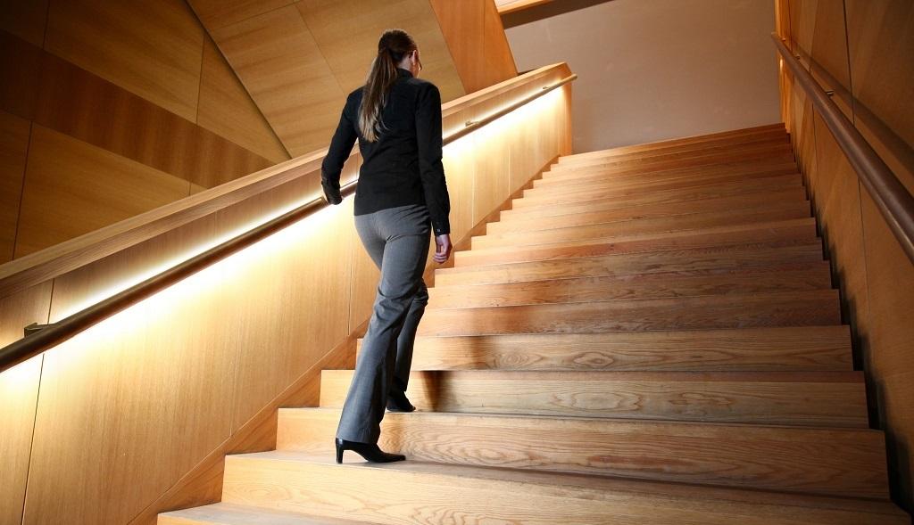 Pasamanos con led para iluminar escaleras for Apliques de led para escaleras