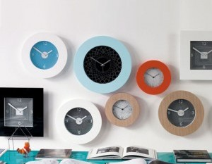 pared-con-relojes-300x299