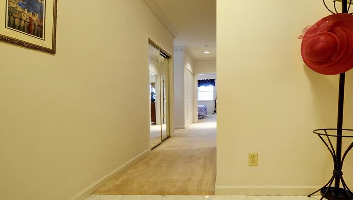 Consejos para sacar partido al pasillo for Colores ideales para pintar pasillos estrechos