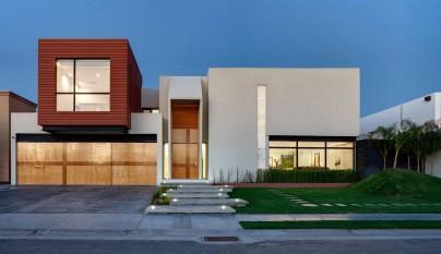 Foto fachada de casa moderna bonita con formas cuadradas foto tomada sin sol
