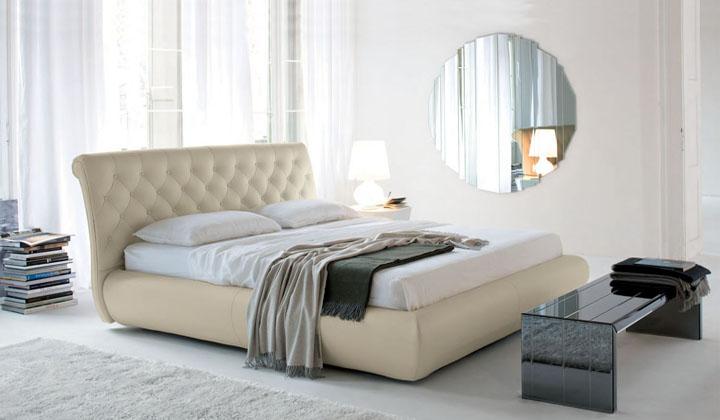 cama con ventana de cabecero