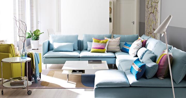 sofa con muchos cojines