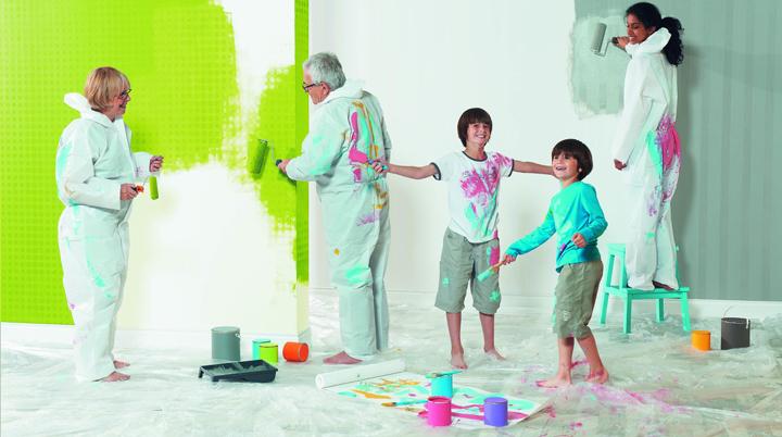 gente pintando una pared