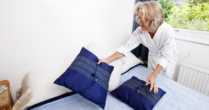 colocar cojines en la cama