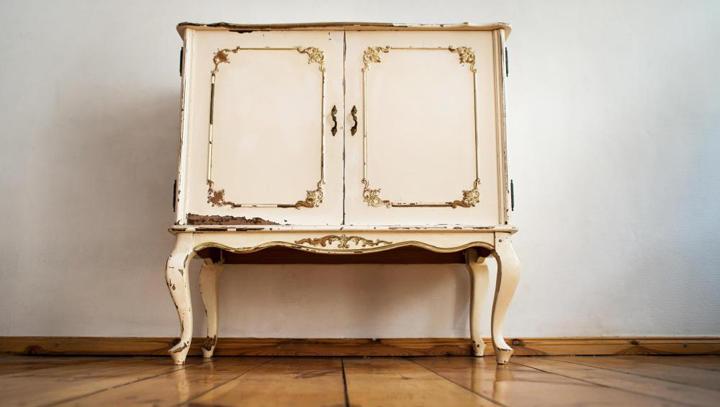 C mo pintar un mueble para que parezca antiguo for Como empapelar un mueble