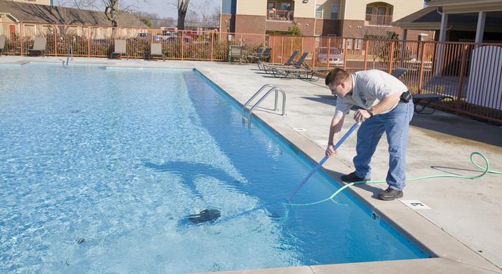 limpiar fondo de la piscina