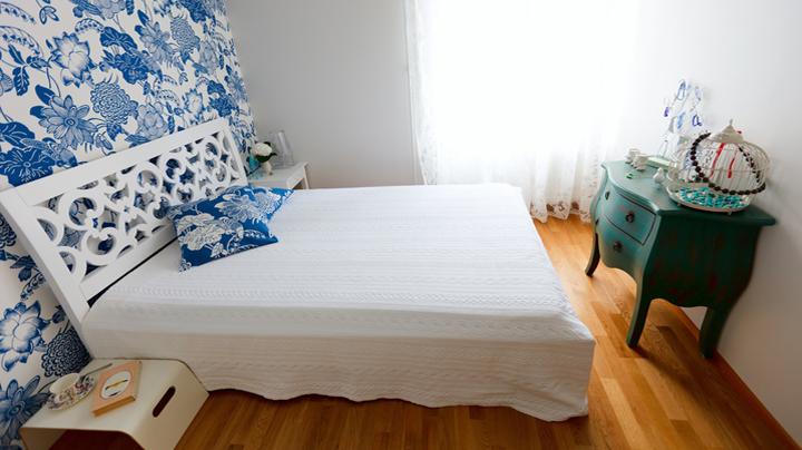 habitacion con pared en azul