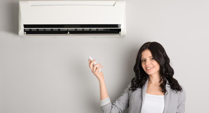 mujer con aire acondicionado