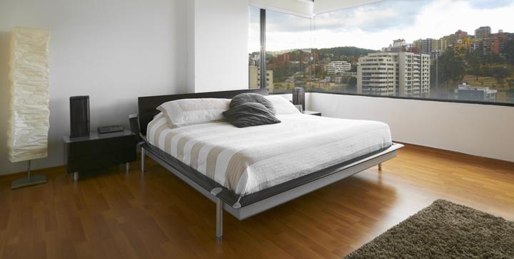 cama separada de la ventana