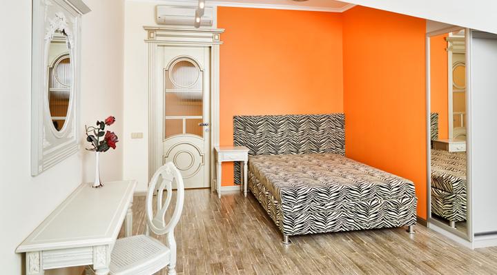 habitacion naranja y blanca