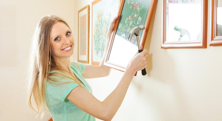 mujer colgando fotos