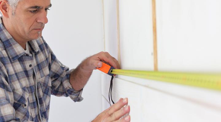 hombre midiendo una habitacion