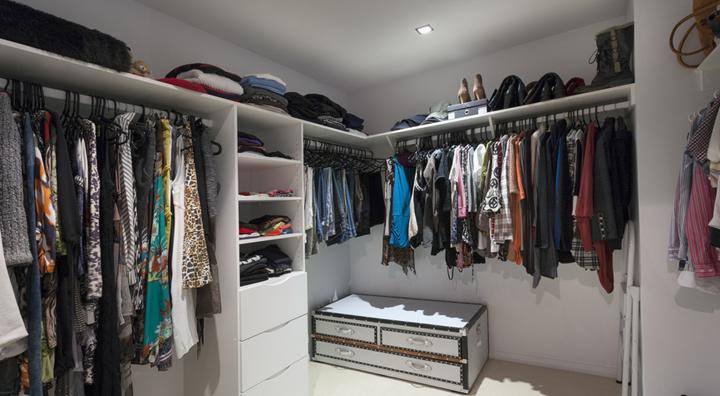 vestidor desordenado