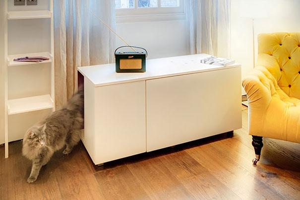 litera para el gato dentro de una mesa de salon