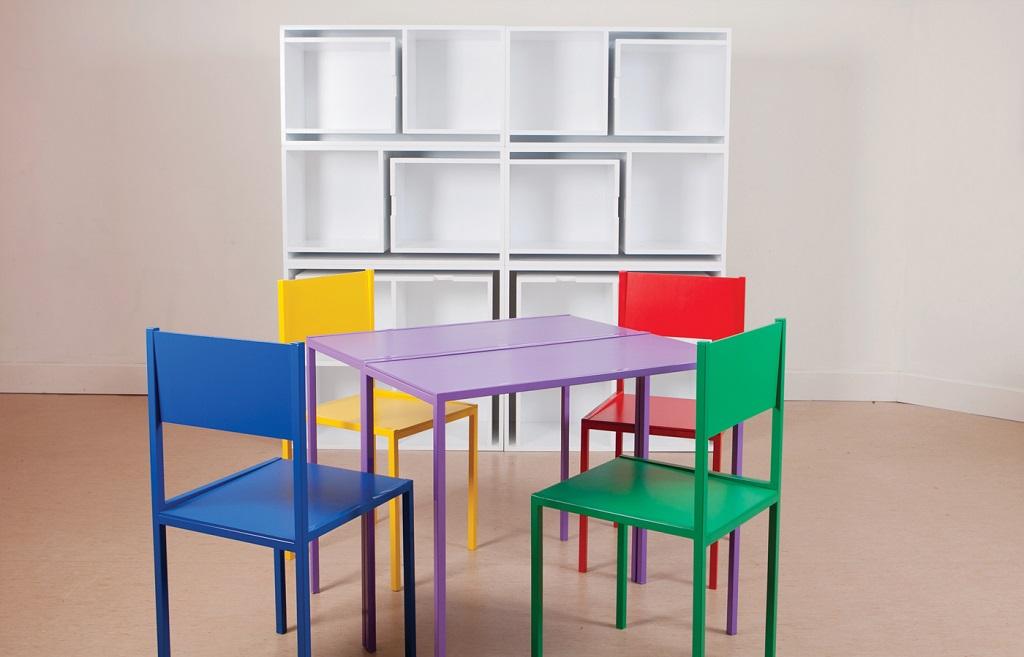sillas y mesas en una estanteria 2