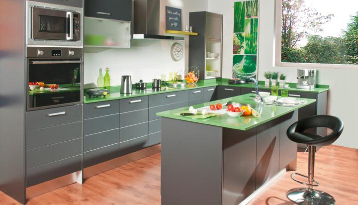 cocina y el comedor se visten de color con líneas funcionales y