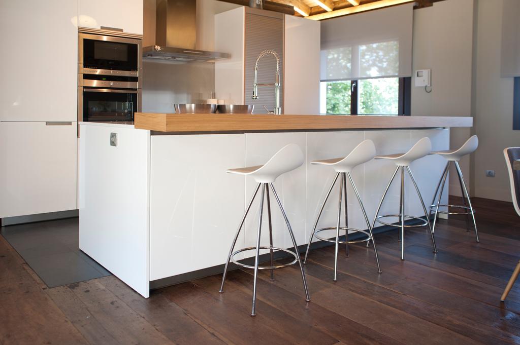 Cocinas con barra para desayunar for Cocinas modernas con barra
