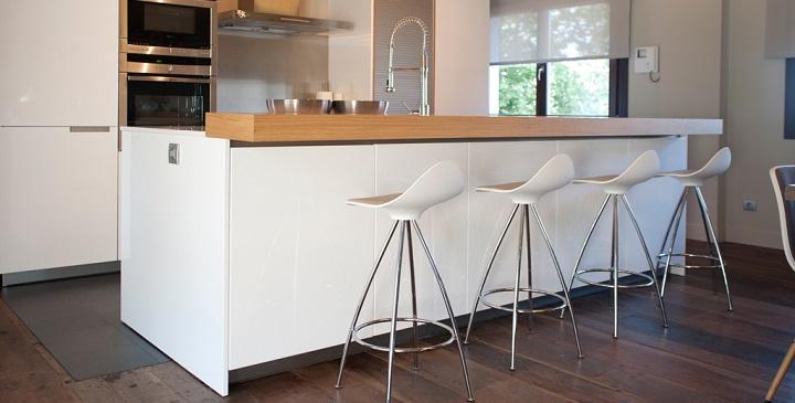 Cocinas con barra para desayunar for Barras de cocina