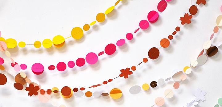 C mo hacer guirnaldas y pompones de papel para una fiesta - Como hacer cadenetas de papel para fiestas ...