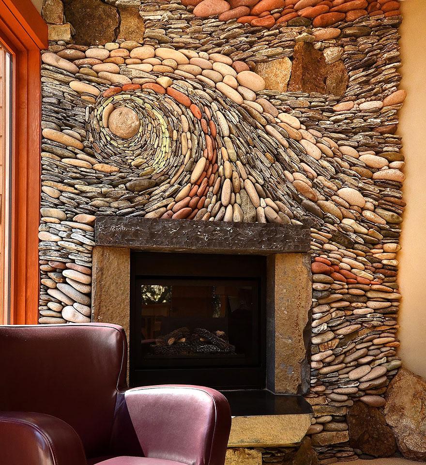 pared con mosaico de piedras