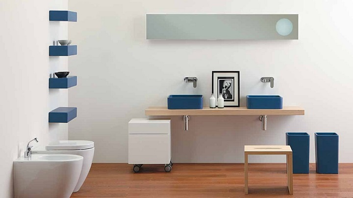 Baño Azul Con Blanco:Cuartos de baño sin problemas de tamaño