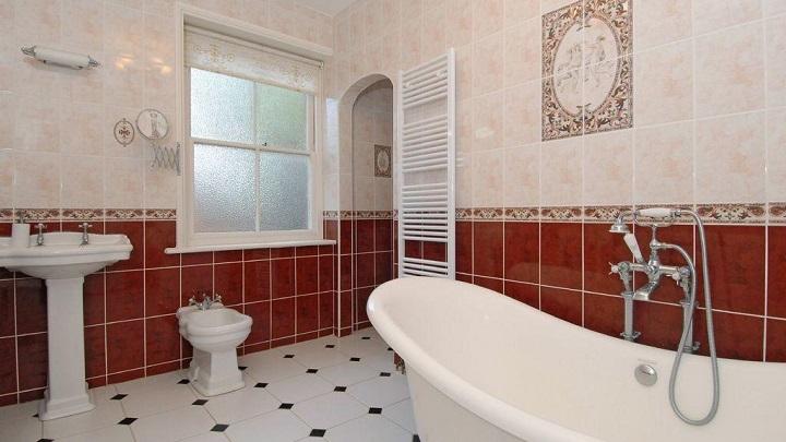 Baño Blanco Con Rojo:Una combinación perfecta para todo tipo de estilos